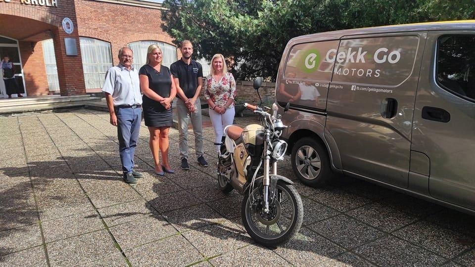 Elektromos segédmotor-kerékpár átadása című hír borítóképe